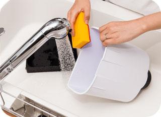 カリカリマシーンSPを流しで水で洗っている様子